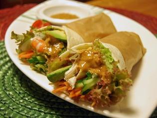 たっぷり野菜&エビがピリ辛ソースと相性バツグンな中華風ラップサンド