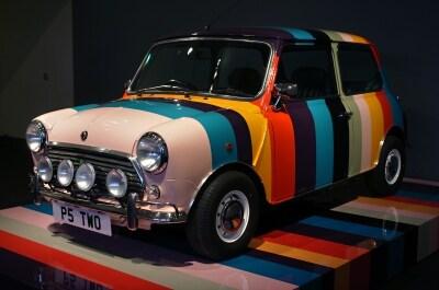 イギリスを代表する車、MINIとポール・スミスイギリスを代表する車、MINIとポール・スミスのコラボカー。カラフルでかわいい!のコラボカー。カラフルでかわいい!