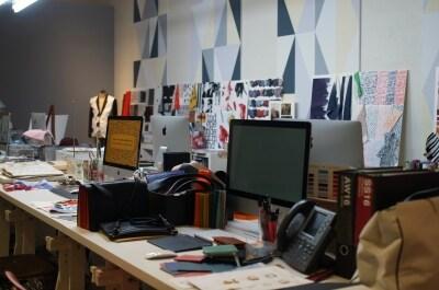 ポール・スミスの色鮮やかなテキスタイルを作り出すデザインスタジオも再現