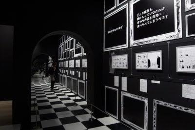 あわせ鏡の幻想的な展示風景