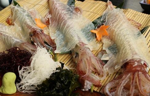 ชิมปลาหมึกสด เดินเล่นตลาดเช้าโยบุโกะ