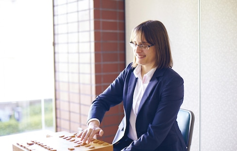 Japan's First Foreign Female Shogi Pro