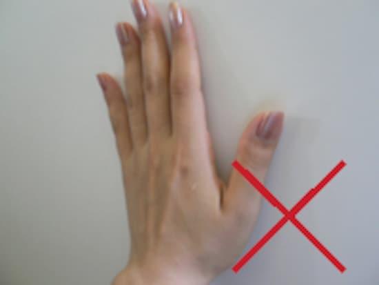 【手の平で叩くのはNG】 潰れた蚊の汚れや血液がついてしまい厄介です