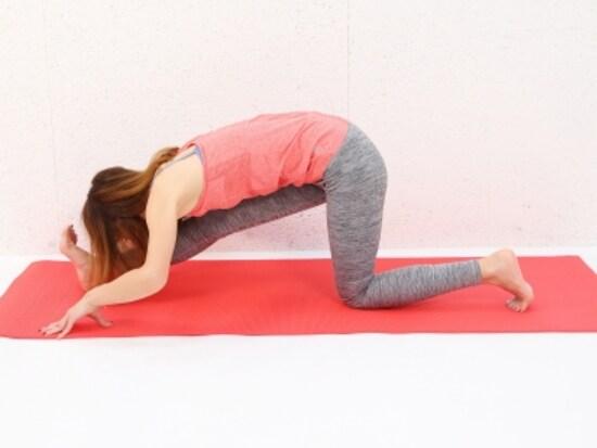 動作2 息を吐きながら、上体を前に倒します。背中が丸まらないように注意。