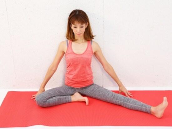 動作1 右膝は曲げて、左脚を伸ばし背骨を伸ばしましょう。