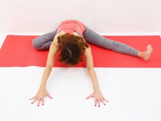 動作3 両手を前に移動させながら、上体を床方向に近づけ深く前屈。