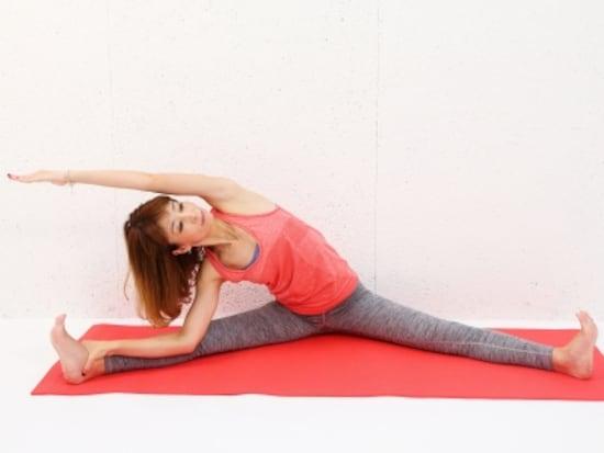 動作2 上体を右方向に倒し、左わき腹をストレッチ。動作中は伸ばした腕が顔の前にかぶらないように注意。
