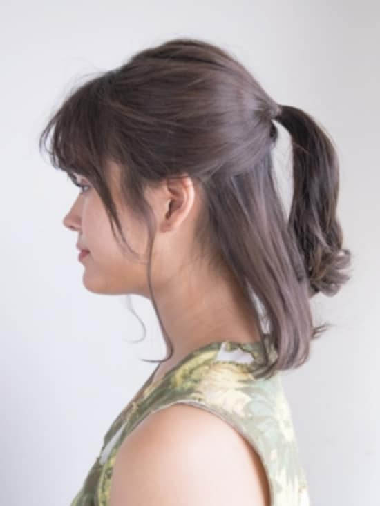 耳上の髪を「盆の窪」の少し上で結ぶ