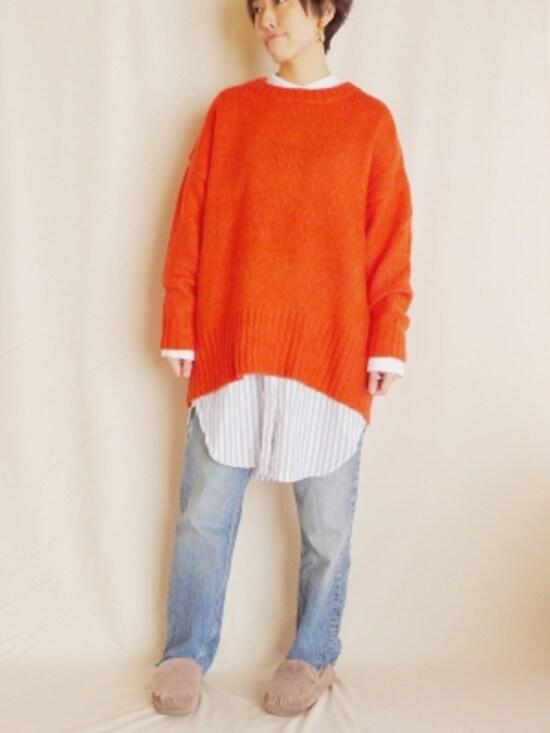 鮮やかなオレンジニットにブルーのストライプシャツワンピとデニムを重ねて。冬の寒さも吹き飛ばせそう