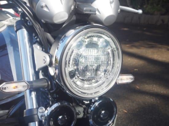二連メーター、丸目一灯LEDヘッドライト、シャープなLEDウインカーを装備し。前から見るとCB1100RSとそっくり