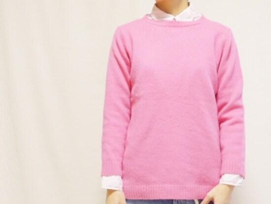 薄いピンクのシャツに鮮やかなピンクを重ねたグラデーションレイヤード