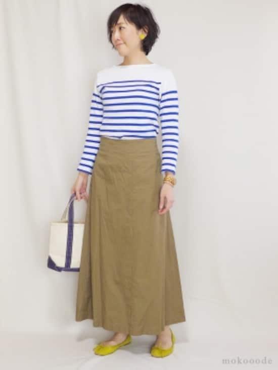 マリンテイスト定番のブルーとホワイトのパネルボーダーにチノ素材のマキシ丈スカートを合わせました。チノ素材なのでカジュアルで動きやすいですが、マキシ丈のスカートが上品で女性らしい印象を与えてくれます。イヤリングとシューズにイエローを加えてより春らしいコーディネートに。(トップス:オーシバル ボトムス:ジャーナルスタンダード バッグ:エルエルビーン バレエシューズ:ギャップ イヤリング:SENBA 腕時計:ウィーウッド)