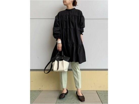 【OKコーデ】ティアードブラウスなどふんわり可愛いデザインも黒なら大人っぽく着られる 出典:WEAR