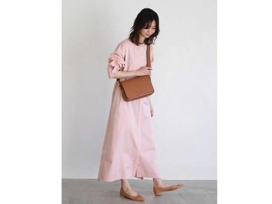 【OKコーデ】オールピンクでもラインのきれいなシャツワンピースなら大人コーデにフィット 出典:WEAR