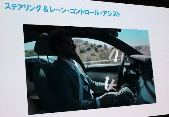 こちらは新型BMW X3のプレゼンで使われた写真。日本では安全運転義務違反になる可能性があり、手を離していてもすぐにステアリングを握れる体勢であることが必要