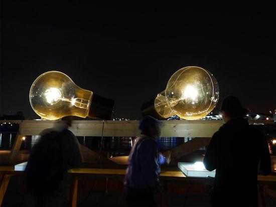 海外の作家も参加。リリアン・ブルジェア《ON/OFF》……エジソン電球をモチーフにした作品(2017年11月1日撮影)