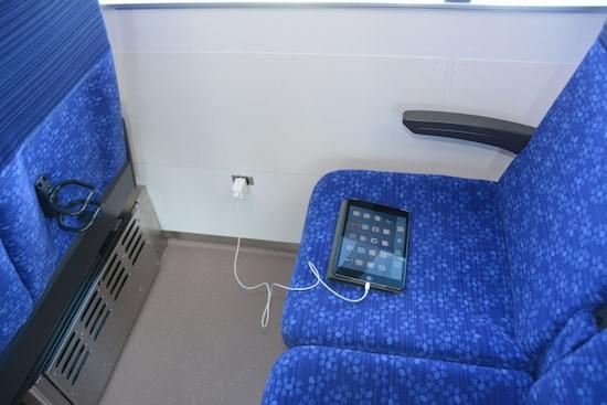 Sトレインには電源コンセントやドリンクホルダーが設置されている