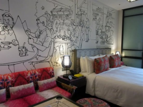 ホテル インディゴ シンガポール カトンの客室。壁には街の生活風景が描かれ、ファブリックなどはプラナカン文化の色彩などをモチーフに