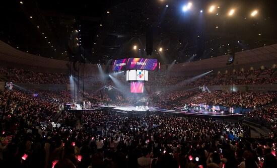 客席がステージを取り囲み、ライブと授賞式が交互に行われていく「2017 MAMA in Japan」 ©CJ E&M Corporation, all rights reserved