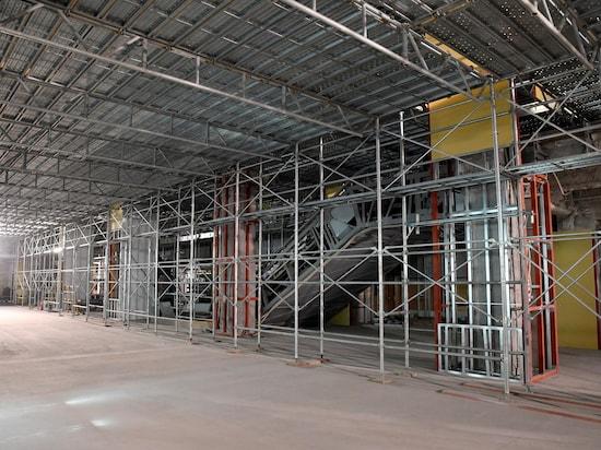 現在工事中の中央2階到着口付近の様子。イメージ図にあるエスカレーターなどが見える / 筆者撮影