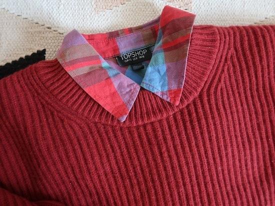 ニットとシャツの色味を合わせれば、防寒面でもオシャレ面でも◎。