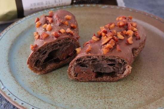 エクレアの中にはベルギー産チョコを使ったチョコクリーム入り