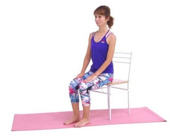 座ったまま◎美脚ストレッチ1. 吐く息とともにお腹を腰に引き寄せドローイング。姿勢を整えます。