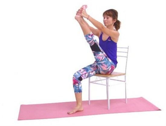 座ったまま◎美脚ストレッチ2. 吐く息とともに左膝を伸ばします。吸う息とともに左膝を緩め、吐く息で膝を伸ばします。