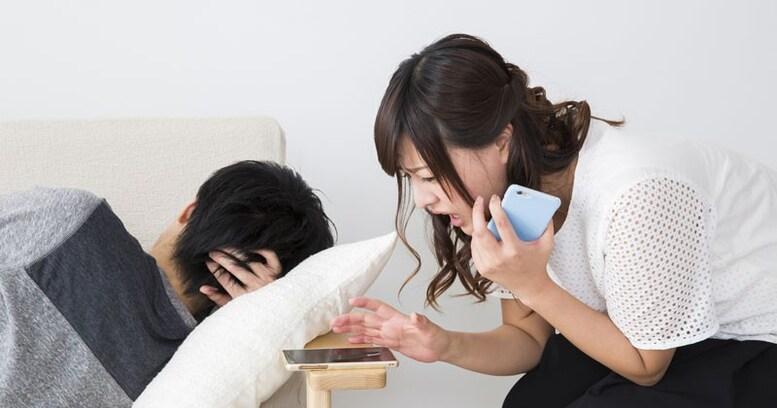 夫の浮気を疑ったとき、妻はどうする?