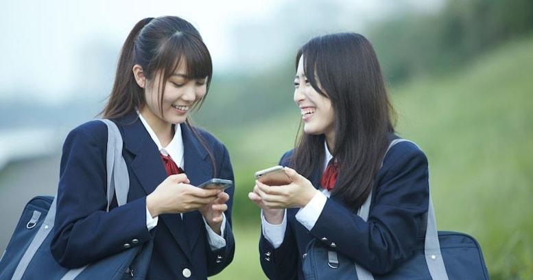 女子高生がスマホを使うのは1日に何時間? 日本で1日に起きていることを調べてみたら……