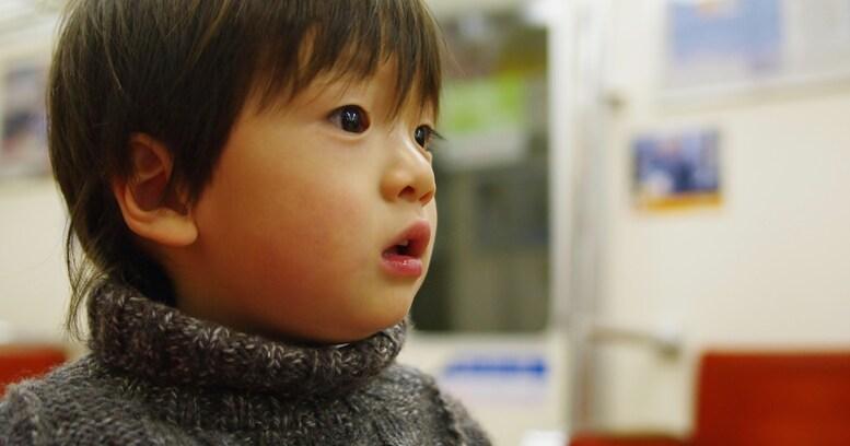 「鼻くそが…!!」電車内で息子が大泣きした。その何ともいえない理由に…思わずほっこりしてしまう「日本は平和だ」「めちゃくちゃ笑えてくる」