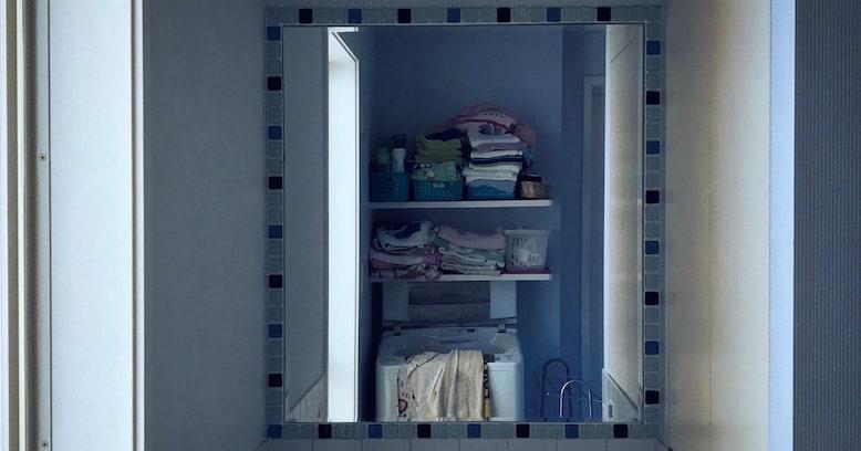 【恐怖】カメラロールに撮った覚えのない洗面所の写真が…!鏡なのにカメラと人が映ってないのは何故?