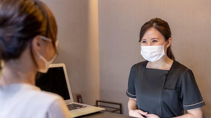 【神対応】マスク生活でお客さんの顔を間違えてしまい…マダムのスマートすぎる対応に称賛の嵐