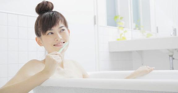 お風呂で歯を磨くと美肌が手に入る?