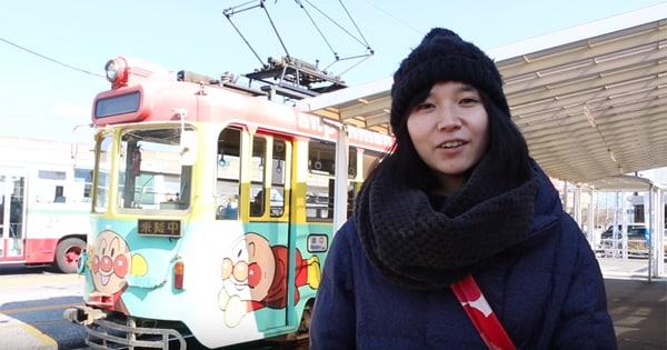 高知県の後免町駅にやってきた鈴川絢子さん