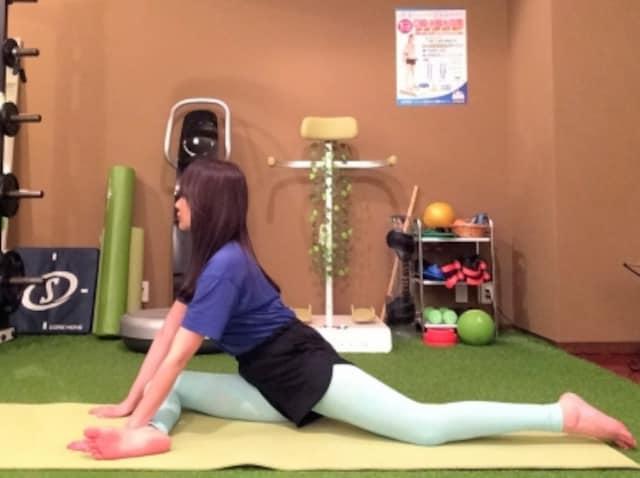 動作1 膝を90度に曲げ、お尻を床につく。