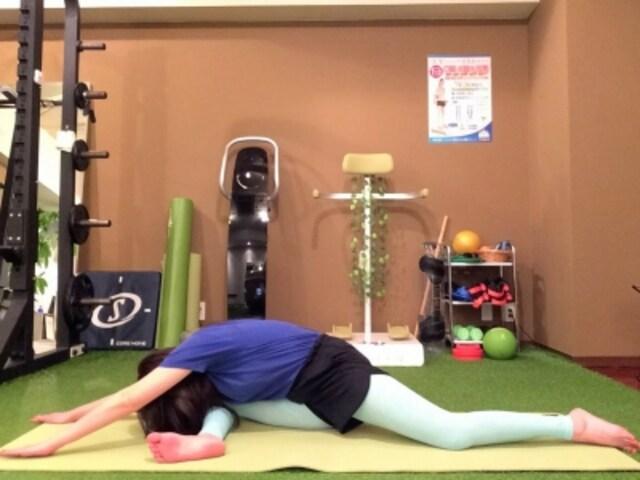動作2 背筋を伸ばし、鼻から息を大きく吸い、吐きながら体を倒す。