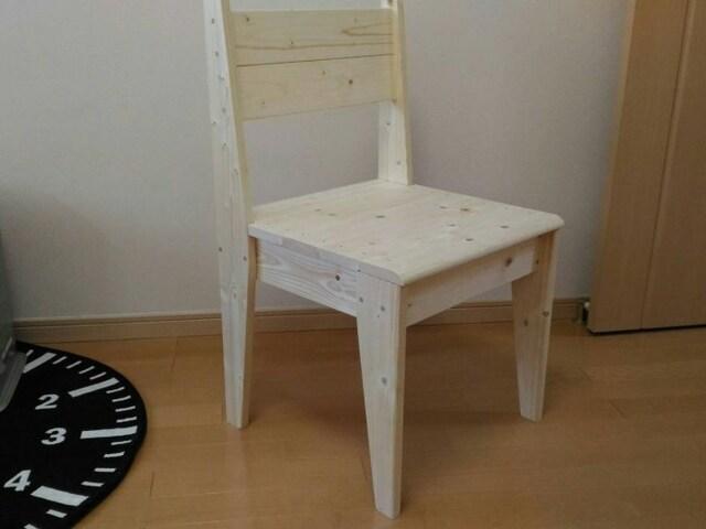 貯蓄達人になるコツは、自分でできることは自分でやること。自作した椅子。「1×4材のみでつくりました。夏に作ったので汗だくだった記憶があります! 脚の部分を斜めにカットするのが面倒だったですね。材料費は2000円以下」(Jさん)