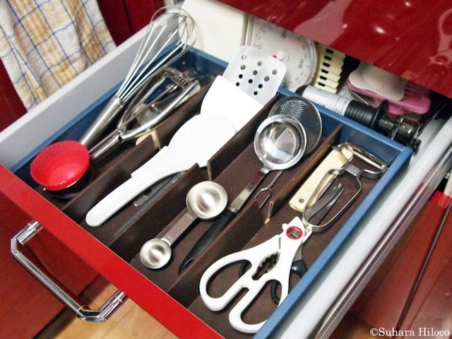 お手本:システムキッチン付属の仕切りトレイをやめて、100均グッズの仕切りケースなどを組み合わせてカスタマイズ