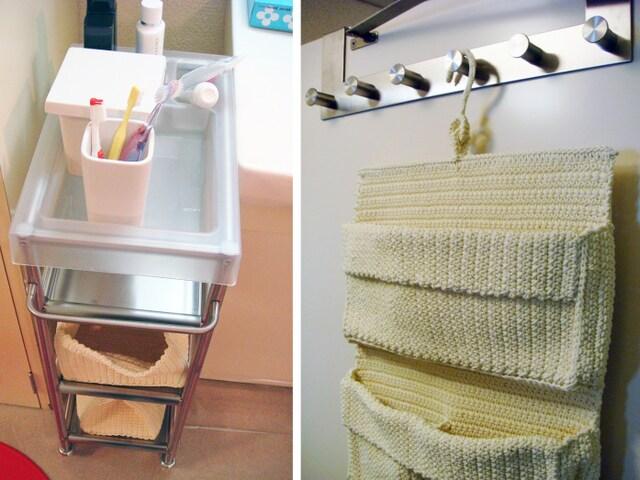 左:洗面台の脇の隙間にワゴンをスタンバイ。歯磨き、整髪、スキンケアなど毎日の収納に。 右:洗面所の扉にウォールポケット。ヘアバンド、美容器具などの吊り下げ収納に