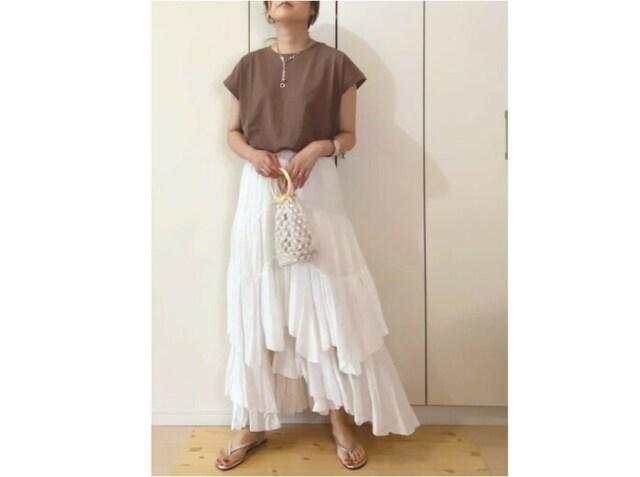 ドラマティックなデザインの白スカートもTシャツでカジュアルダウン 出典:WEAR