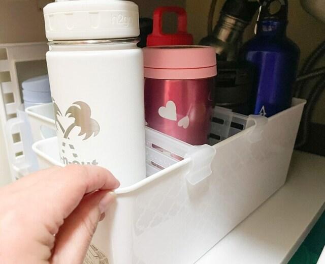 ボックスの中に入れた背の高い調味料瓶や水筒を動かしても倒れないようになる