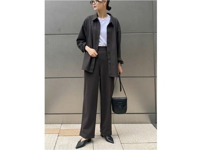 ジャージー素材のシャツジャケット&パンツでセットアップコーデ 出典:WEAR