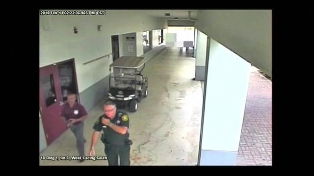 米高校銃乱射、「対応怠った元保安官」捉える映像公開 当局が主張