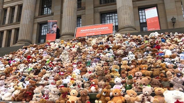 テディベア740匹、シリア内戦で家なくした子ども74万人を象徴 ドイツ