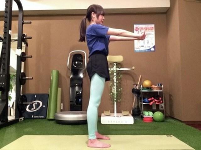 動作1. 脚を肩幅に開き、両手を前に伸ばします。