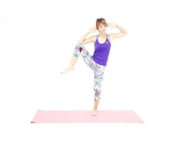 バランス体幹エクササイズ2 右膝と右肘をタッチします。
