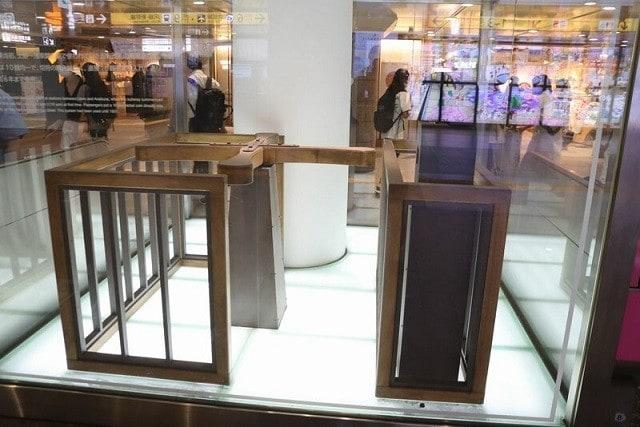 開業時の回転改札を再現した展示が銀座線上野駅の改札にある
