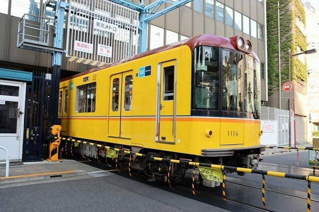 踏切を渡って上野駅に向かう銀座線の電車
