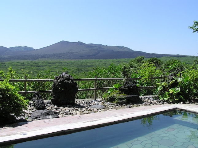温泉露天風呂から三原山を眺める